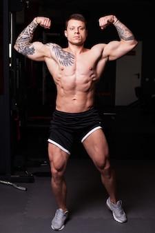Bodybuilder man met naakte torso
