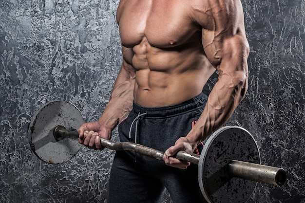 Bodybuilder met barbell