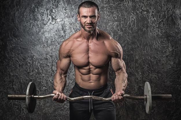 Bodybuilder met barbell