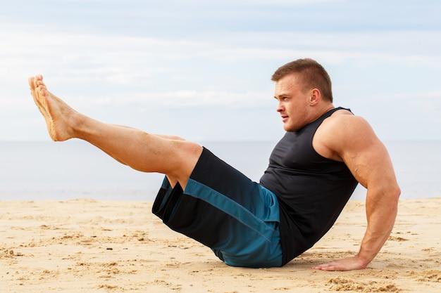 Bodybuilder op het strand