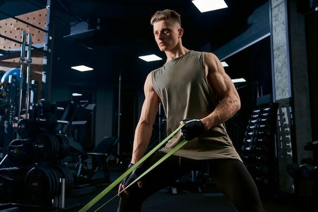 Bodybuilder opleiding terug op oefeningsmachine.