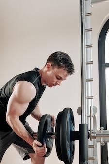 Bodybuilder platen zetten barbell