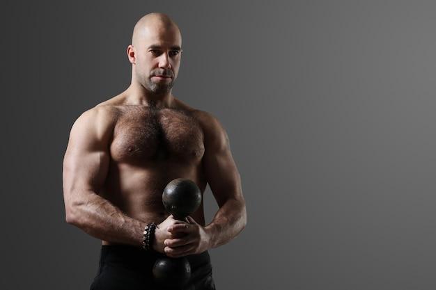 Bodybuilder poseren en spieren tonen