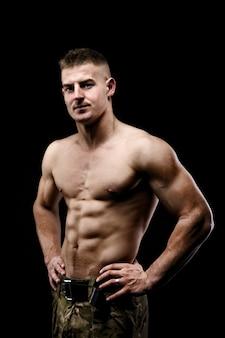 Bodybuilder poseren. mooie sportieve man mannelijke kracht. fitness gespierde man