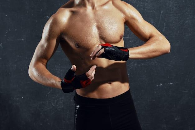 Bodybuilder spier pers poseren bijgesneden weergave donkere achtergrond