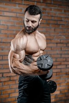 Bodybuilder sterke man oppompen van biceps spieren