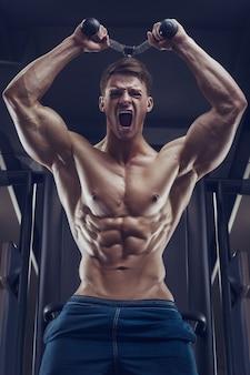 Bodybuilder sterke man oppompen van triceps spieren