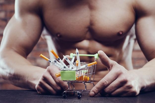 Bodybuilder sterke man steroïde spuit injectie spieren
