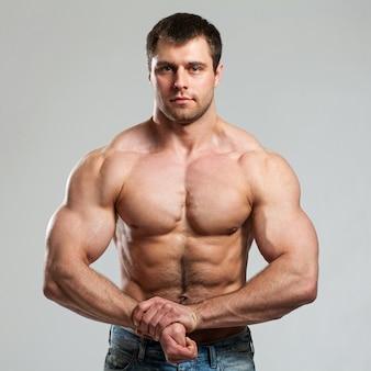 Bodybuilder toont zijn biceps
