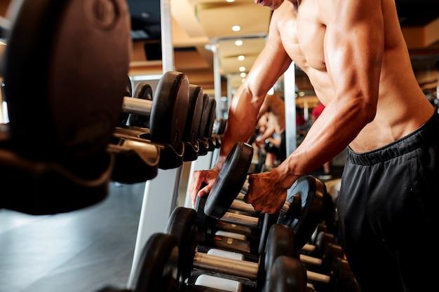 Bodybuilder training met halter