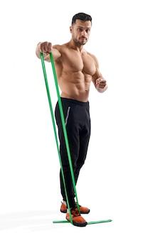 Bodybuilder training schouders met behulp van weerstandsband.