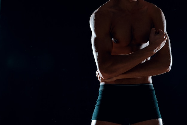 Bodybuilder workout spier home gym