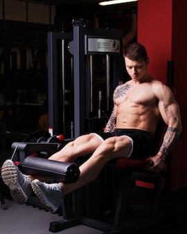 Bodybuildermens die training uitvoeren bij de gymnastiek