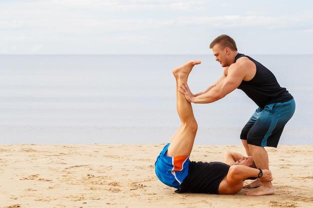 Bodybuilders op het strand