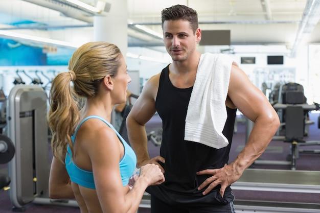 Bodybuilding man en vrouw samen praten