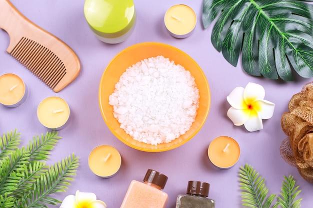 Bodyscrub, badzout, vochtinbrengende lotion, kaarsen en bladeren
