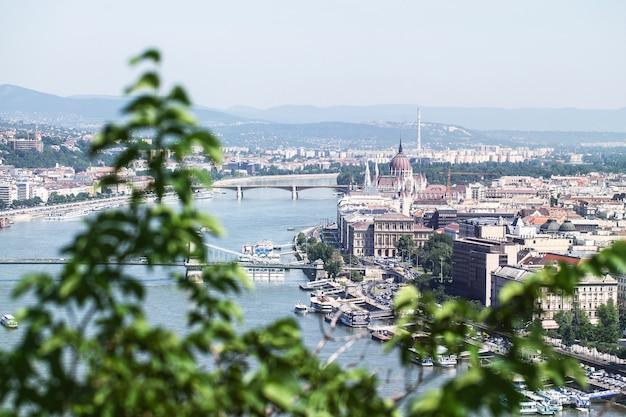 Boedapest. hongarije. uitzicht op de stad aan de rivier de donau