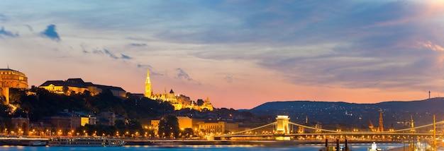 Boedapest nacht uitzicht. lange blootstelling. hongaarse monumenten, kettingbrug en koninklijk paleis.