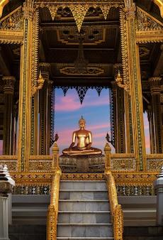 Boeddha die wat po-tempel mediteert