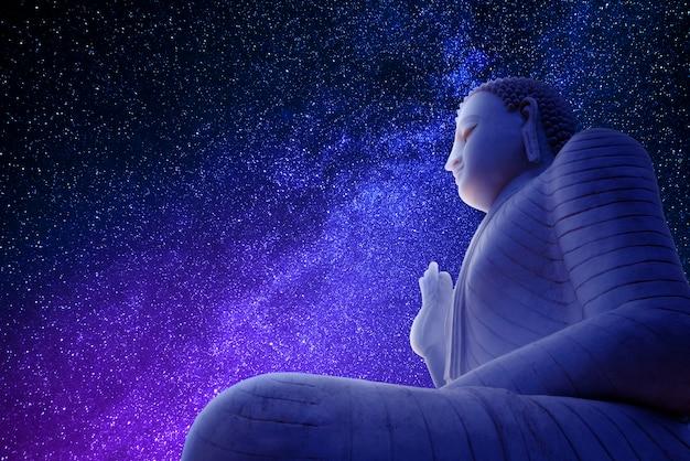Boeddha in het blauwe heelal
