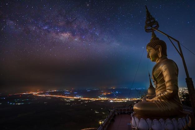 Boeddha in wat tham seua in het zuiden van thailand