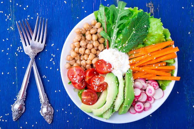 Boeddha kom op blauwe houten. vegetarisch, gezond, detox voedselconcept. bovenaanzicht