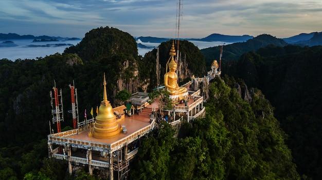 Boeddha op de top berg van wat tham seua (tiger cae), krabi, thailand