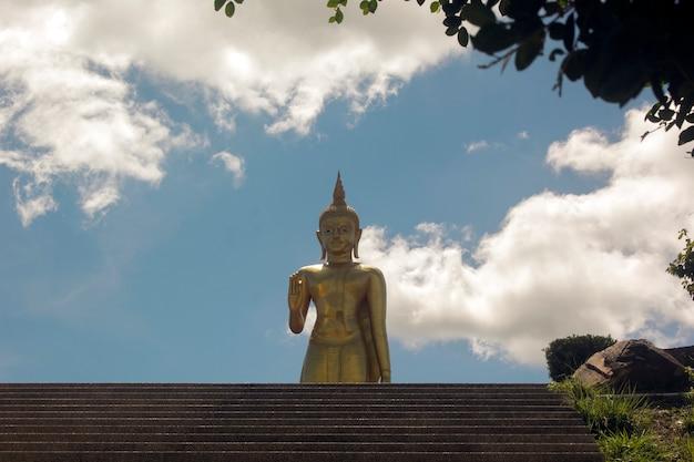 Boeddhabeeld en bewolkte hemel