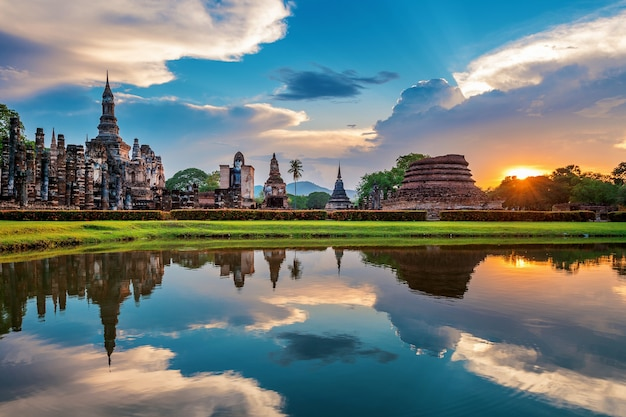 Boeddhabeeld en wat mahathat-tempel in het district van sukhothai historical park