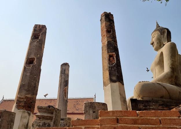 Boeddhabeeld meer dan 700 jaar in de vihara wat phra mahathat chainat thailand