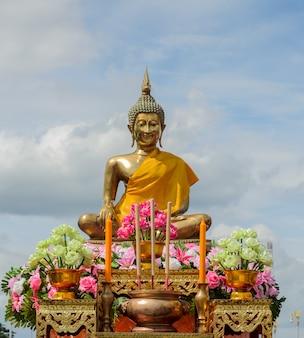 Boeddhabeeld met wierookstokjes en kaarsen