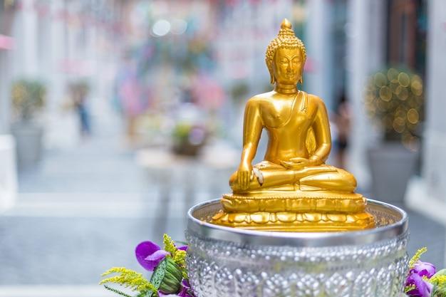 Boeddhabeeld op een tafel voor mensen om respect te bidden tijdens song kran festival
