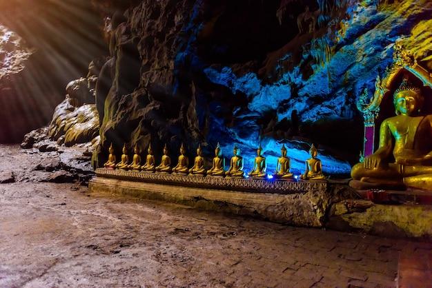 Boeddhabeelden: de khao luang-grot in phetchaburi, thailand
