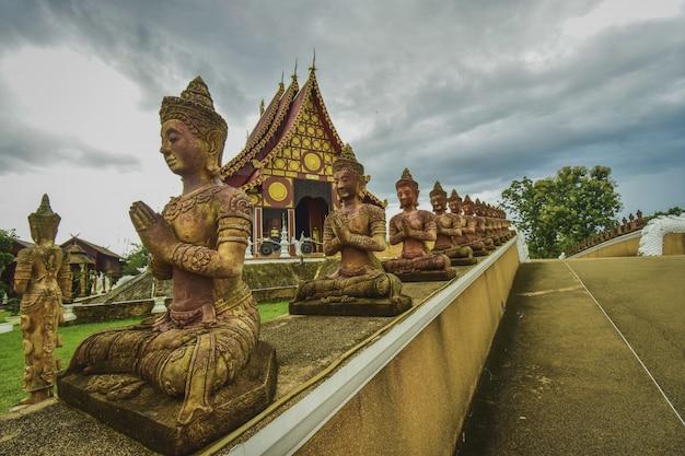 Boeddhismetempel in thailand in een regenachtige dag