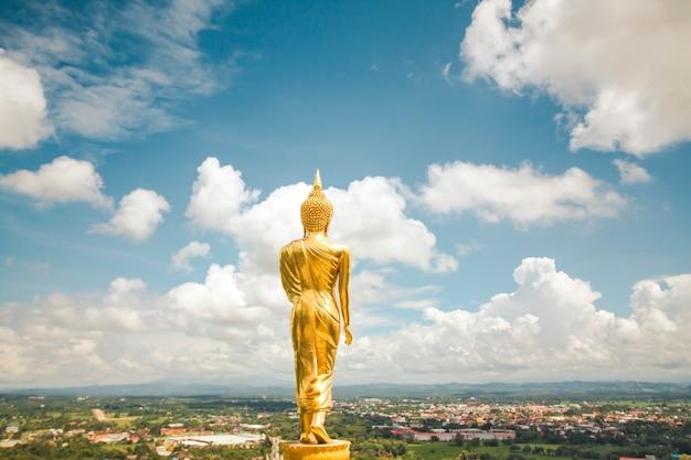 Boeddhistisch beeldhouwwerk in thaise tempel