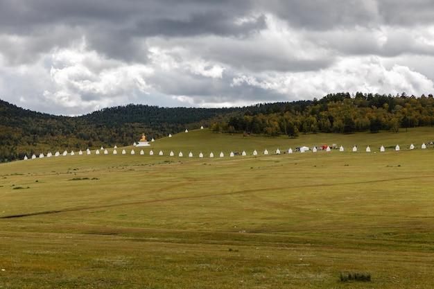Boeddhistisch klooster in mongoolse steppe