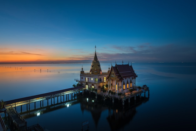 Boeddhistische kerk en pagode in de zee wat hong thong gouden zwanenmeertempel chachoengsao