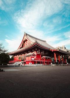 Boeddhistische tempel onder blauwe hemel, in tokio, japan