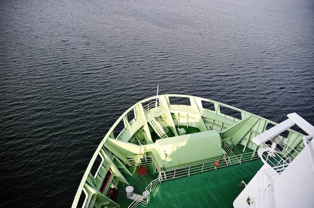 Boeg van het schip en de open zee