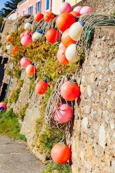 Boeien van netten en kleurrijke ligplaatsen