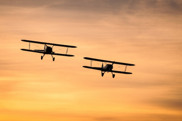 Boeing stearman bij zonsondergang