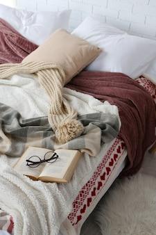 Boek en bril op bed close-up