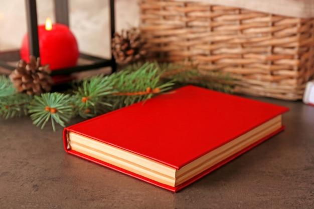 Boek en dennentak op tafel