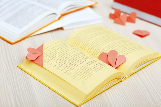 Boek en hartvormige bladwijzers op een houten ondergrond