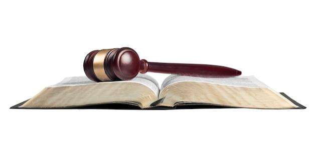 Boek en houten hamer op tafel. justitie concept