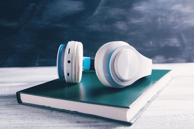 Boek en moderne hoofdtelefoons