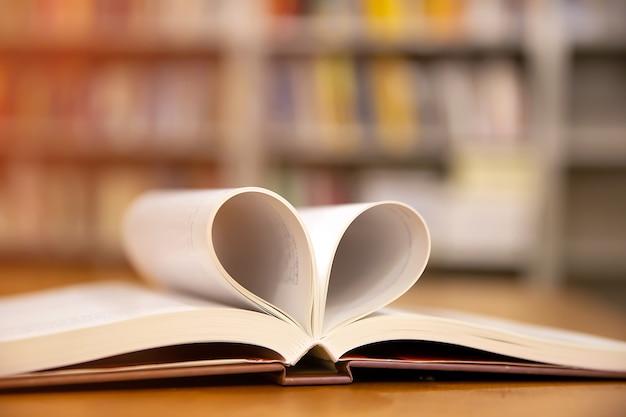 Boek in hartvorm het symbool van de liefde of 14 februari valentijnsdag voor liefde en een gelukkige achtergrond