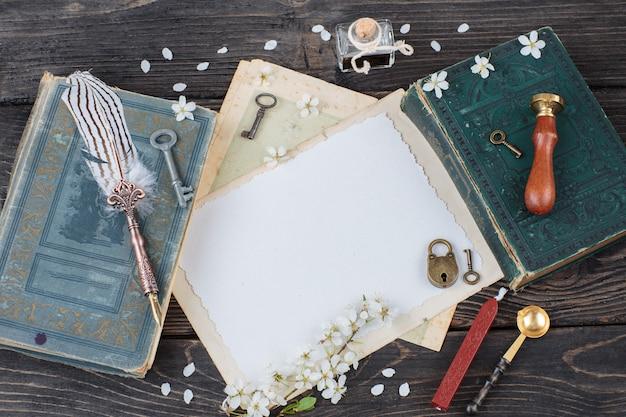 Boek, inktpot, pen, papier, sleutels, slot, zegel, postzegel, was - artikelen om te schrijven