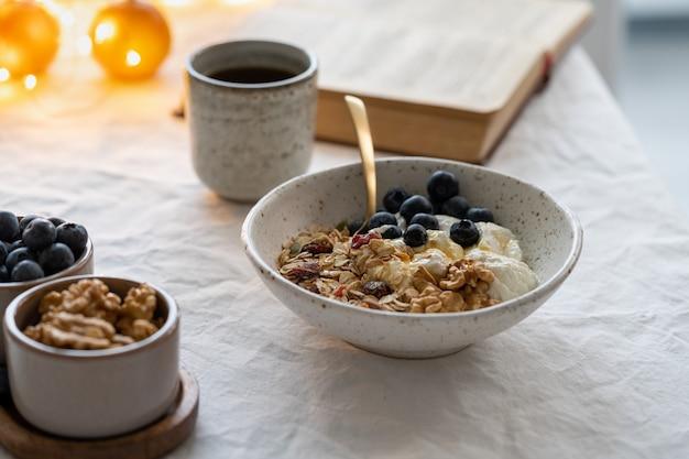 Boek lezen en gezond kerstvakantie winterontbijt met granola eten
