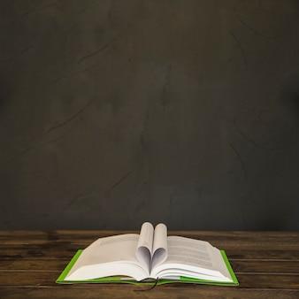 Boek met buigpagina's op tafel